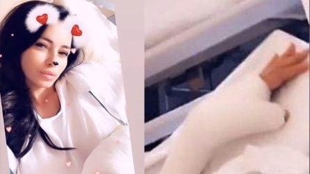 Le foto di Aida Yespica con il braccio ingessato