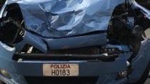 Milano, autobus travolge volanti della polizia: tre agenti feriti, uno è grave
