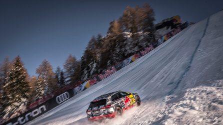 Mattias Ekström risale la pista di Kitzbuhel con l'Audi e-tron