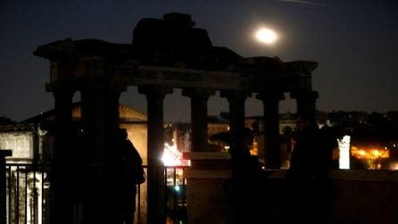 La magnificenza di Roma illuminata dalla Superluna: gli scatti dai Fori Imperiali