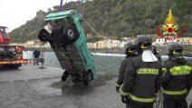 Catania, recuperata la Fiat Panda trascinata dalle onde con tre giovani