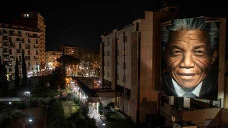 Firenze, murale di Jorit dedicato a Nelson Mandela: spettacolore illuminato di notte