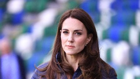 Kate Middleton in sneakers e piumino durante il viaggio in Irlanda