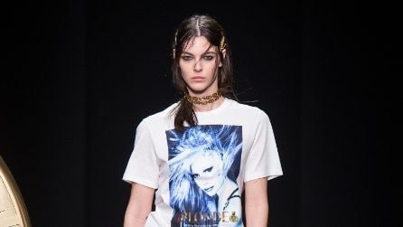 Avedon x Versace: le t-shirt e le felpe con il viso di Donatella