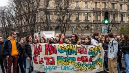 Milano, corteo studentesco alla vigilia dell'8 marzo