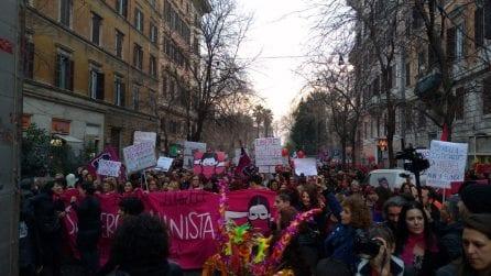 Roma, la marea femministe invade le strade per un corteo contro la violenza