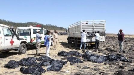 Aereo caduto in Etiopia, le terribili foto dal luogo della sciagura