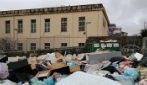 Scuola circondata dai rifiuti a Torre del Greco, le mamme non fanno entrare i bambini