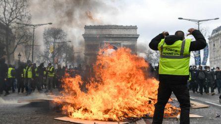 Gilet gialli, guerriglia a Parigi: violenti scontri e negozi saccheggiati