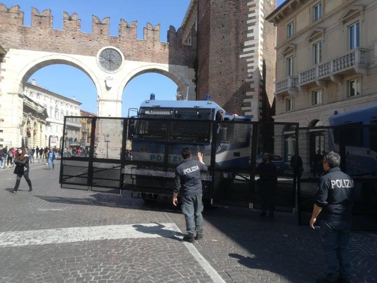 La polizia prepara la militarizzazione di piazza Bra a Verona.