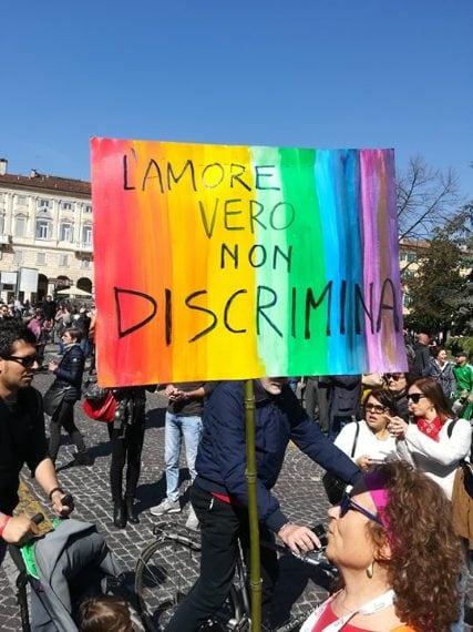 Una donna che manifesta a Verona