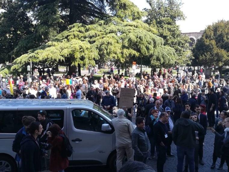 I manifestanti si stanno ritrovando in piazza Bra, di fronte al Congresso delle Famiglie.