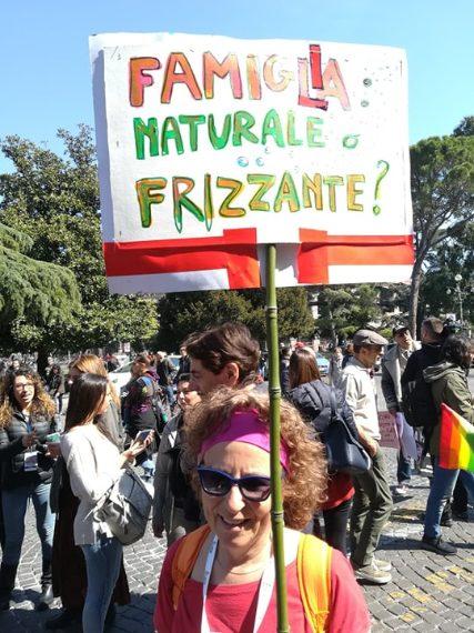 Famiglia naturale o frizzante? Una manifestante in piazza Bra a Verona.