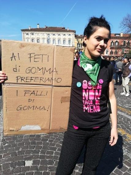 A feti di gomma preferisco i falli, l'ironico cartello di una manifestante di fronte al Congresso della Famiglia a Verona.