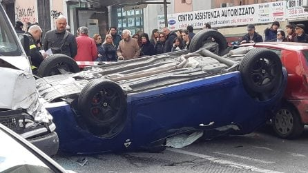 Vomero, incidente su Via Cilea: un'auto si ribalta, traffico in tilt