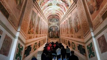 Roma, i fedeli salgono in ginocchio i gradini della Scala Santa riaperta dopo 300 anni