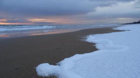 La spiaggia di Sabaudia s'imbianca: lo spettacolo della grandine