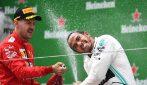 Hamilton sugli scudi, vince in Cina e vola in testa al mondiale