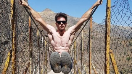 I duri allenamenti del sexy pompiere: muscoli e coraggio