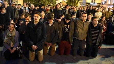 Incendio Notre Dame, le persone si abbracciano e pregano in ginocchio