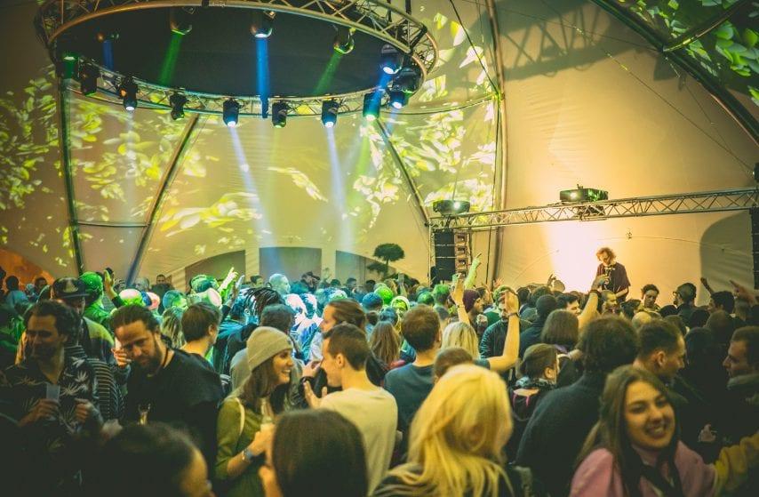 Luci, suoni, organizzazione, viste, posizione, ogni cosa contribuisce a rendere il Caprices Festival uno degli eventi più importanti del settore, che quest'anno ha registrato 25k presenze.