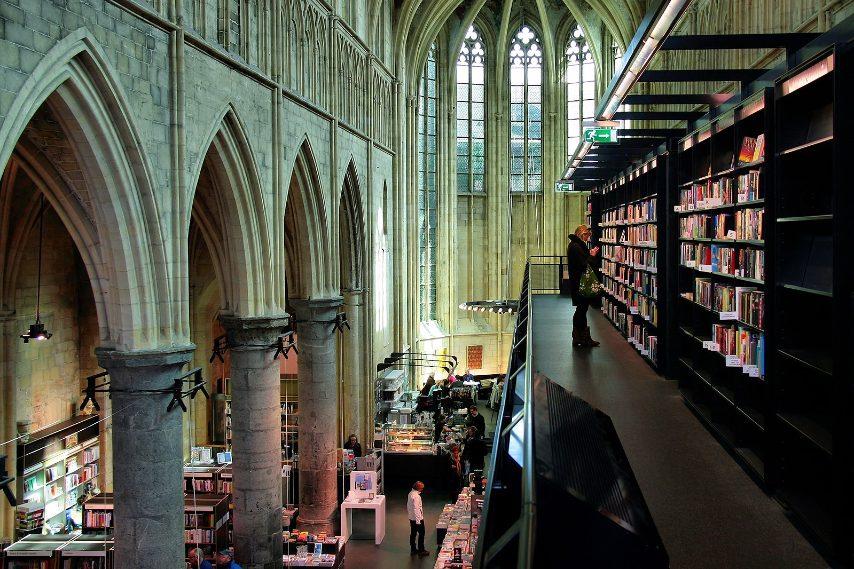 L'antica chiesa duecentesca di Maastricht, nei Paesi Bassi, dopo essere stata sconsacrata nel 1796, è stata utilizzata per tanti scopi diversi tra cui come libreria ricchissima di testi nuovi. Foto (CC)Jorge Franganillo https://creativecommons.org/licenses/by/3.0/deed.en