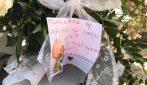 Fiori bianchi, messaggi e giocattoli vicino alla casa di Gabriel Feroleto