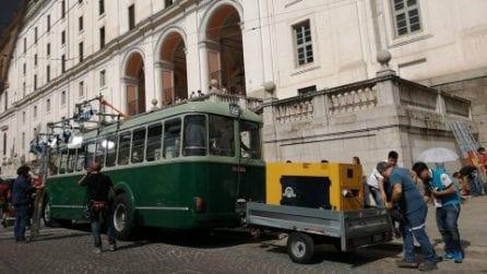 A Piazza Carlo III si gira L'Amica Geniale 2: una sfilata di auto e costumi d'epoca