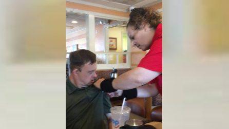 Cameriera mette una targhetta sulla maglia del ragazzo down: la storia è bellissima