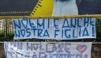 """""""Forza Noemi"""": giocattoli, fiori e cartelli dei bambini di Napoli davanti al Santobono"""