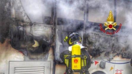 Scuolabus in fiamme a Seveso, autista leggermente ferito
