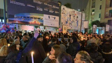 Napoli, fiume di persone in preghiera per Noemi all'esterno dell'ospedale