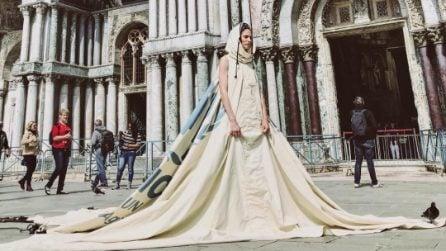 Bianca Balti con l'abito realizzato con la tenda dell'Onu