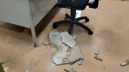 """Roma, crolla soffitto in ufficio del municipio XIII: """"Una vergogna, la sede casca a pezzi"""""""