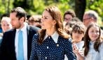 Kate Middleton a pois e con il maxi spacco