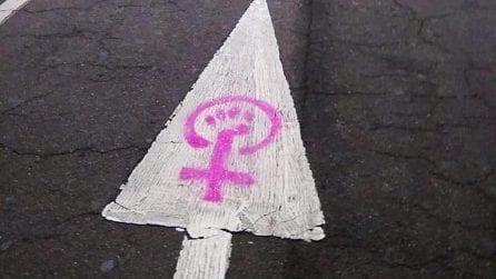 Milano, vernice fucsia contro Matteo Salvini e la Lega: l'azione delle femministe in corso Venezia