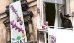 """Zorro srotola lo striscione contro Salvini in Piazza Duomo: """"Restiamo Umani"""""""