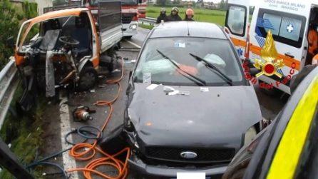 Milano, incidente tra auto e furgone a Noviglio: tre feriti, traffico in tilt