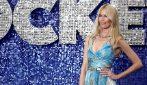 """Claudia Schiffer con l'abito arcobaleno alla prima di """"Rocketman"""""""