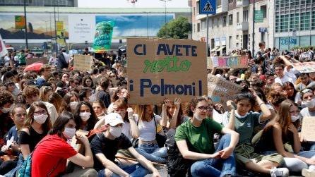 """""""Ci avete rotto i polmoni"""": in piazza a Milano 30mila studenti in difesa del pianeta"""