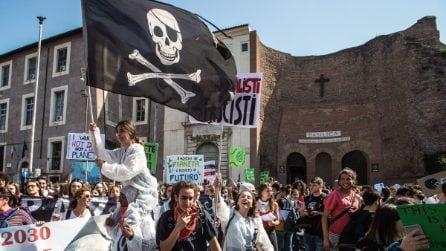 """Roma, migliaia di studenti alla manifestazione mondiale per il clima: """"Non ci arrendiamo"""""""