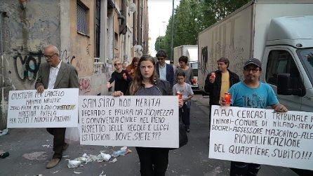"""Milano, pochi alla fiaccolata per il bimbo ucciso di botte dal padre: """"Mehmed, aiutaci da lassù"""""""