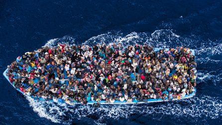 """Roberto Saviano: """"In mare non esistono taxi"""". Le foto del libro dell'autore di Gomorra"""