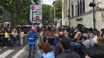 Metro A di Roma, morta donna incastrata tra banchina e binari: folla di persone fuori alla stazione