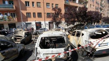 Dieci auto in fiamme a Casal Bertone nella notte: caccia ai piromani