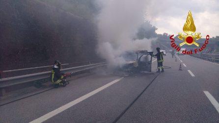 Pietradefusi (Avellino), furgone in fiamme sull'autostrada: illeso il conducente