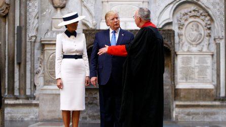 Melania Trump in bianco e con il cappello a Buckingham Palace