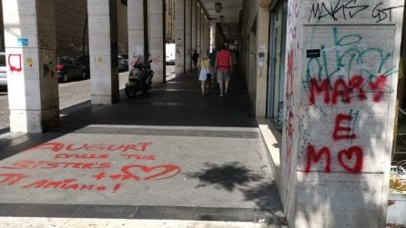 Vandali a due passi da Palazzo San Giacomo: imbrattate le colonne e i marciapiedi