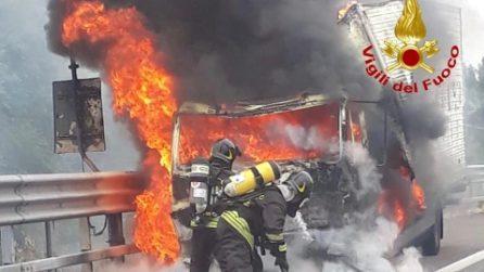 Milano, camion brucia sulla Tangenziale: le spettacolari immagini dei pompieri che domano le fiamme