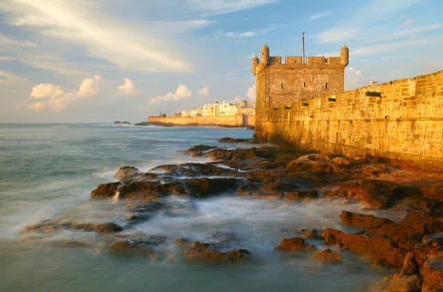 Essaouira è la location di uno dei festival musicali più suggestivi al mondo. Il Moga Festival si svolge quest'anno dall'11 al 13 ottobre nello splendido scenario della città marocchina, Patrimonio dell'Umanità dell'UNESCO. Moga è un festival di musica e arte nato con il desidero di porre i riflettori internazionali sulle scene nazionali marocchine, maghrebine e africane attraverso una serie di eventi di qualità. Il festival si svolge in riva al mare, sulla costa atlantica del Marocco.